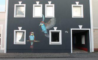 Farbwandel Fassadenkunst Wandbild Vogel
